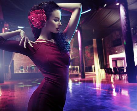 Retrato do close up de uma mulher que dança uma dança latina