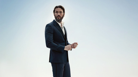 Ritratto di un uomo elegante in un elegante smoking photo