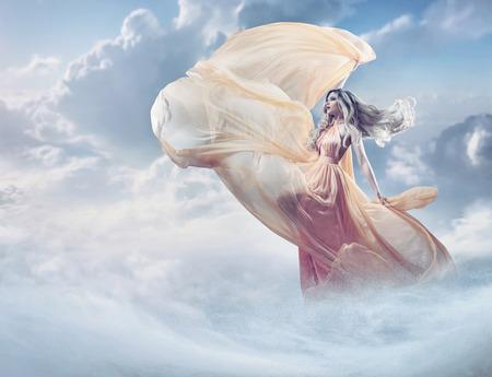noche y luna: imagen Hada de una mujer joven y bella en las nubes Foto de archivo