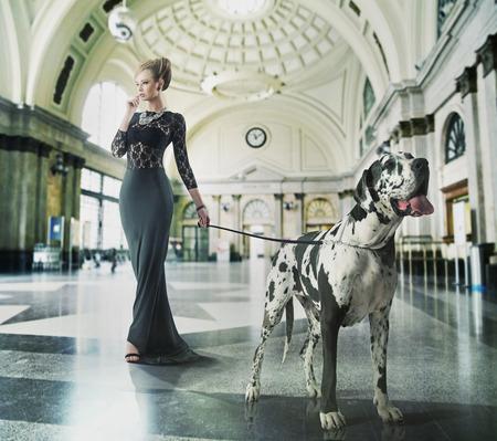mujer elegante: joven sensual con su mascota caminar amigable