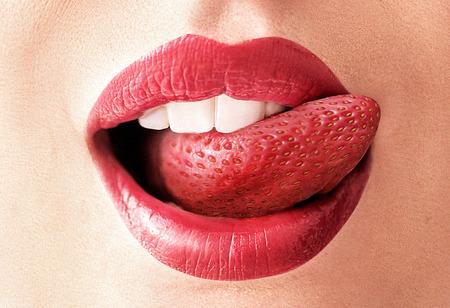 Immagine del primo piano di una lingua rosso fragola photo