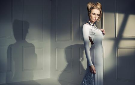 Ritratto del primo piano di una donna bionda attraente photo