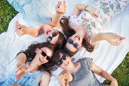 vestidos de epoca: Cuatro mujeres alegres en un puntero que plantean Foto de archivo