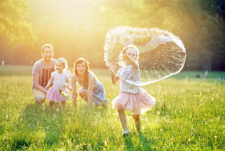 여름 공원에서 쉬고있는 행복한 가족의 초상화