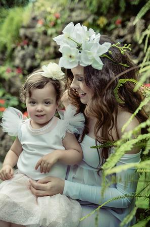 Art photo de la mère prgenant câliner son enfant bien-aimé