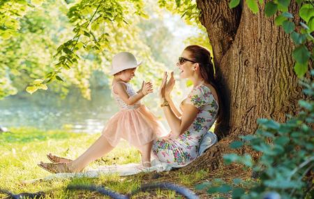 Mor och hennes dotter har kul i parken