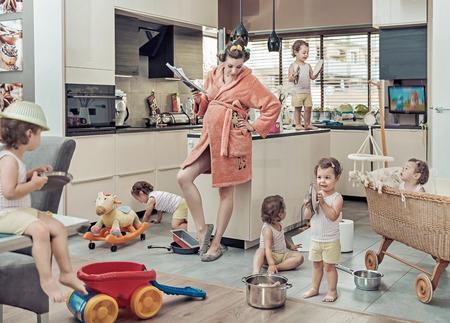 筋疲力盡的媽媽的形象概念與她行為不端的孩子
