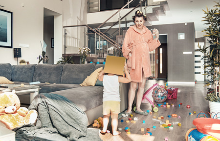 Překvapený maminka zíral na její dceru hracím Reklamní fotografie