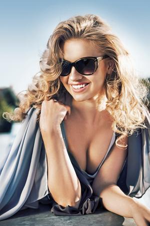 Portrait einer attraktiven blonden Frau, die ein Sonnenbad nimmt