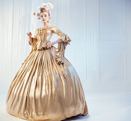 damas antiguas: Retrato de una mujer noble con un vestido victoriano de oro