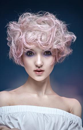 ふわふわ、巻き毛の髪型の少女の肖像画
