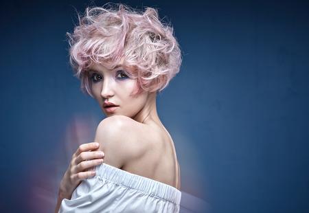 Closeup Porträt einer niedlichen Dame mit einer rosa Frisur Standard-Bild - 73657716