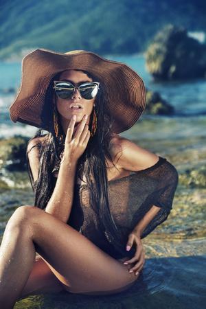 熱帯のビーチで官能的な若い女性