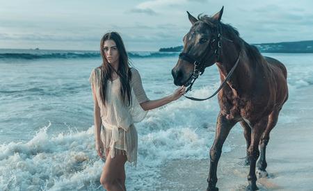 yegua: Encantador youn glady con un majestuoso caballo árabe Foto de archivo