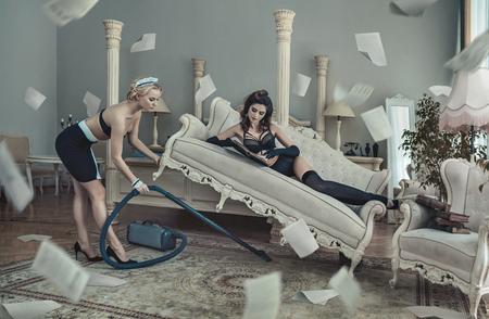 photo conceptuelle du client de l'hôtel sensuelle et jolie femme de chambre Banque d'images