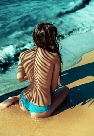 Halve naakte vrouw die een zeebad nemen