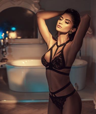 Sexy brunette nel bagno elegante