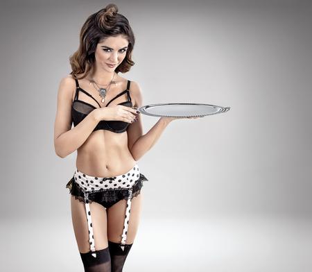 Ritratto di una sensuale, giovane cameriera