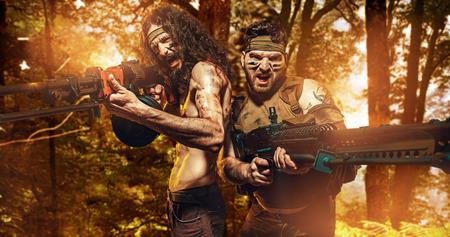 Due soldati coraggiosi che tengono le mitragliatrici pesanti photo