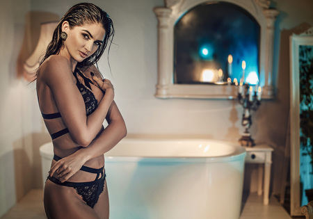 Bella donna nuda in un elegante bagno