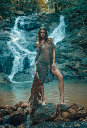 Donna bionda seducente che si distende vicino alla natura Archivio Fotografico