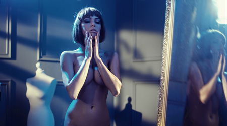 Porträt einer nackten Frau in einem Ankleidezimmer Standard-Bild - 77449782