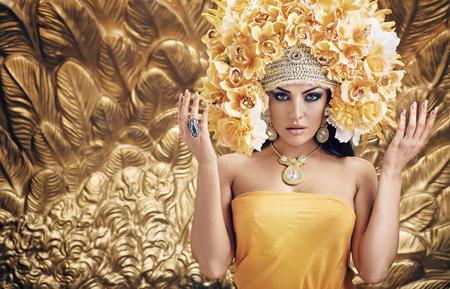 Golden, bella regina sullo sfondo dorato