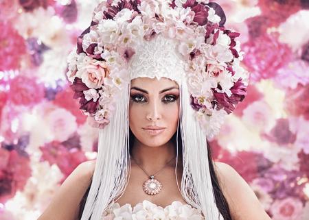Pretty giovane donna che indossa un cappello colorato Archivio Fotografico