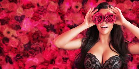 Signora del brunette graziosa che porta i boccioli di rosa