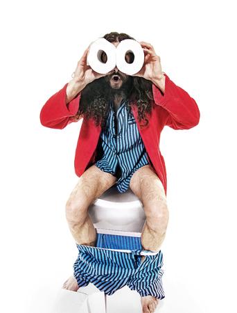 Divertente geek uomo seduto sul gabinetto photo
