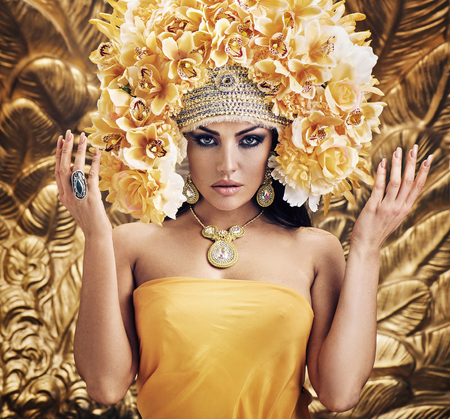 Bella donna bruna che indossa cappella enorme e colorata