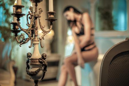 Sensuale donna bruna nel bagno elegante