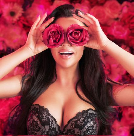 Beaytiful, donna di brunetta che tiene le rose rosse