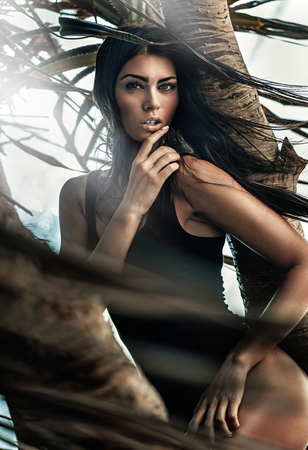 Ritratto di una signora seducente che indossa un costume da bagno nero