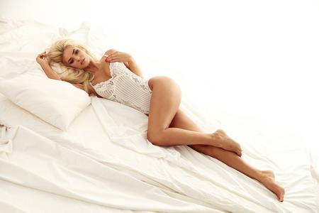 豪華なで休んで愛らしいブロンド女性 brigt 寝室