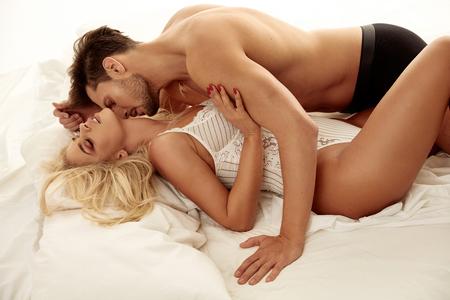 Ritratto di stile romantico degli amanti nella camera da letto di lusso