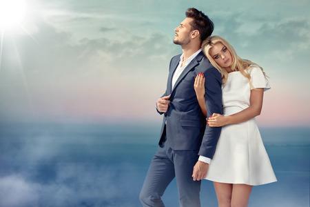 Retrato de una joven pareja disfrutando del clima de verano