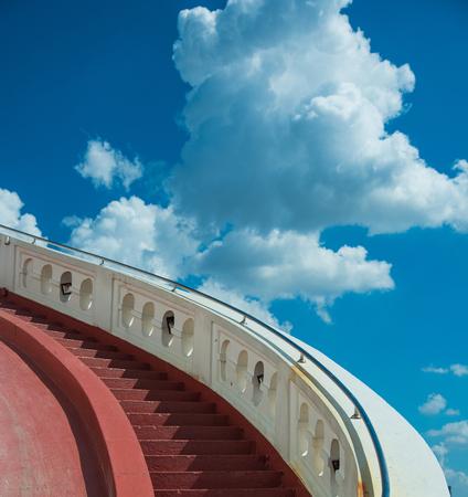 Trappen naar de blauwe hemel met witte wolken Stockfoto