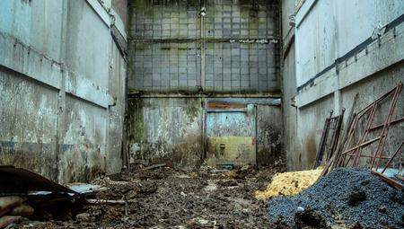 古い都市の設定でれんがの壁を実行します。 写真素材