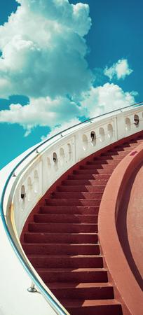 Trappen naar de blauwe lucht met wolken Stockfoto