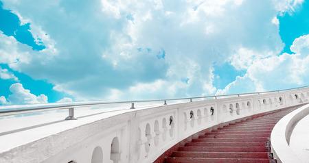 Trap naar de blauwe hemel met wolken Stockfoto