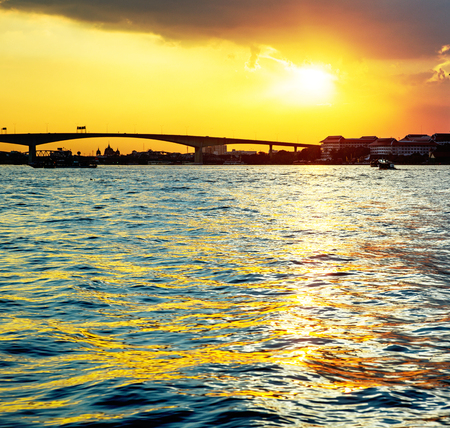 Tramonto dorato di Bangkok al mare estivo