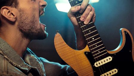 Ritratto di una rock star che suona una chitarra e urla Archivio Fotografico