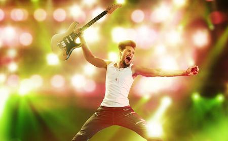 Ritratto della giovane rock star urlando