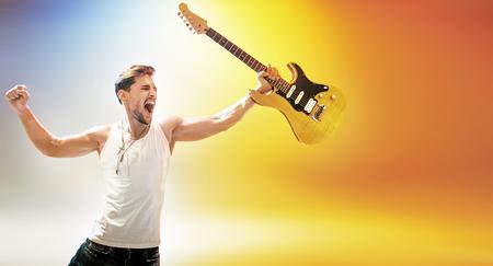 Ritratto di giovane e bella rock star tenendo una chitarra