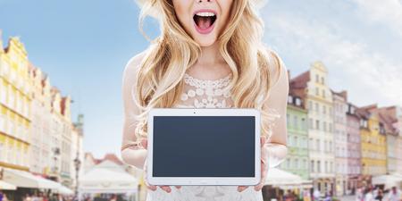 Ragazzino urbano - piuttosto giovane donna in possesso di un tablet