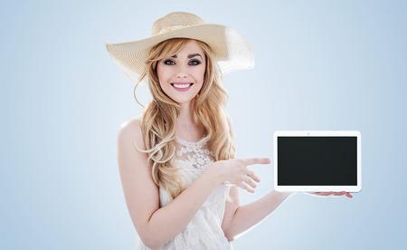 Ritratto di una bella giovane donna in possesso di un dispositivo elettronico Archivio Fotografico