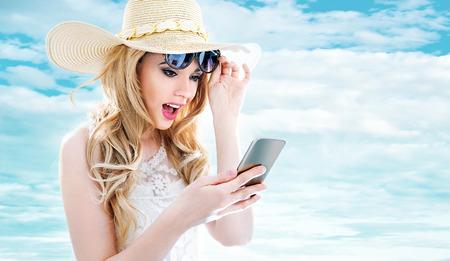 Closeup ritratto di una giovane bionda utilizzando un telefono cellulare