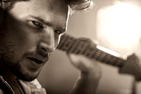 Closeup ritratto di un giovane, musicista bello