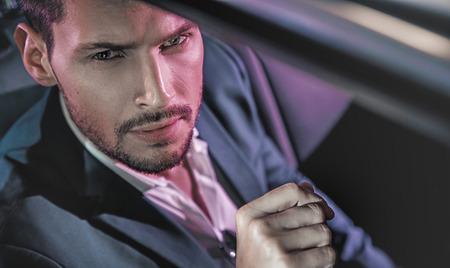 Bello, giovane, uomo, posa, limousine